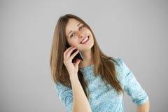 talande kvinnabarn för härlig mobil telefon Royaltyfri Foto
