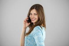 talande kvinnabarn för härlig mobil telefon Fotografering för Bildbyråer