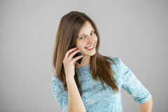 talande kvinnabarn för härlig mobil telefon Royaltyfri Bild