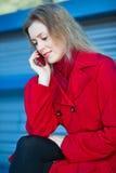 talande kvinnabarn för telefon Royaltyfria Bilder