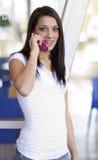talande kvinnabarn för telefon royaltyfria foton