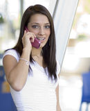 talande kvinnabarn för telefon royaltyfri fotografi