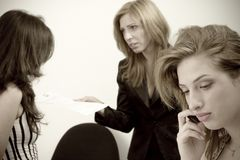 talande kvinnor Arkivfoton