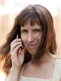 talande kvinnor för mobil telefon Royaltyfria Bilder