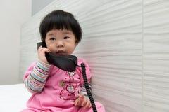 talande litet barn för telefon royaltyfri bild