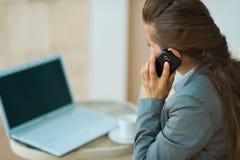 Talande mobil för affärskvinna. Bakre sikt Arkivfoton