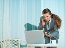 Talande mobil för bekymrad affärskvinna Royaltyfria Foton