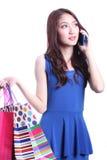 Talande mobiltelefon för asiatisk flicka Royaltyfri Foto