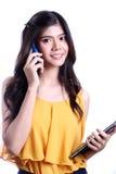 Talande mobiltelefon för kvinna Royaltyfri Fotografi