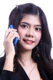 Talande mobiltelefon för kvinna Royaltyfria Bilder