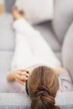 Talande mobiltelefon för ung kvinna. bakre sikt Royaltyfri Fotografi