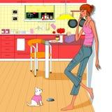 Talande mobiltelefonappell för flicka i köket Arkivfoton