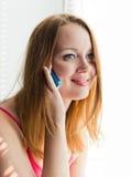 Talande mobiltelefonkvinna. Royaltyfria Bilder