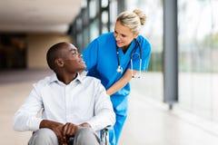 Talande patient för kvinnlig sjuksköterska royaltyfri foto
