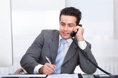 talande telefon för affärsman Fotografering för Bildbyråer