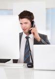talande telefon för affärsman Royaltyfria Bilder