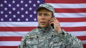 Talande telefon för amerikansk sergeant, säkerhetssystem, trådlöst samarbete, grej stock video
