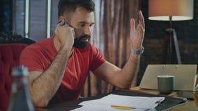 Talande telefon för fordrande framstickande Affärskonversation på mobil Affärssamtal lager videofilmer
