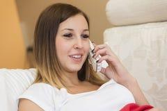 Talande telefon för kvinna Fotografering för Bildbyråer