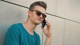 Talande telefon för ung man arkivfilmer