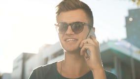 Talande telefon för ung man lager videofilmer
