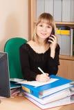 talande telefon för affärskvinna Fotografering för Bildbyråer