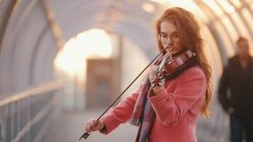 Talanted kvinna som spelar fiolsammans?ttning, offentligt arkivfilmer
