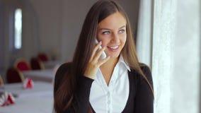Talar den funktionsdugliga kvinnan för affärsmannen på telefonen in lager videofilmer
