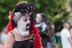 Talar transvestit till folkmassan i den glade Pride Parade Fotografering för Bildbyråer