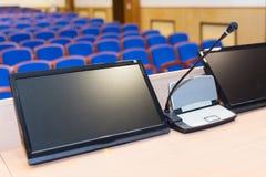 Talarstol i konferenskorridor Arkivfoton