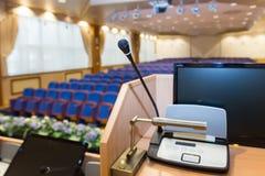 Talarstol i konferenskorridor Royaltyfria Bilder