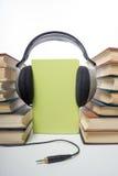 Talbokbunt av inbunden bokböcker och den elektroniska avläsaren elektroniskt arkiv för begrepp tillbaka skola till kopiera avstån Arkivfoto