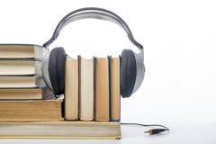 Talbokbunt av inbunden bokböcker och den elektroniska avläsaren elektroniskt arkiv för begrepp tillbaka skola till kopiera avstån Royaltyfri Fotografi