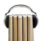 Talbokbunt av inbunden bokböcker och den elektroniska avläsaren elektroniskt arkiv för begrepp tillbaka skola till kopiera avstån Fotografering för Bildbyråer