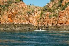 Talbot Bay, Australia - 25 de septiembre de 2010: Los turistas disfrutan de paseos que buscan de la emoción con el horizontal Imagen de archivo libre de regalías