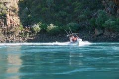 Talbot Bay, Australia - 25 settembre 2010: I turisti godono della ricerca che l'orizzontale cade a Talbot Bay, Australia di emozi Immagine Stock