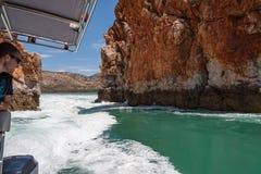 Talbot Bay, Australien - 25. September 2010: Touristen genießen Erregungssuchvorgang an den horizontalen Fällen Stockfoto