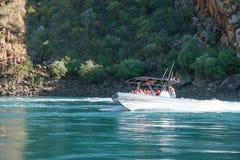 Talbot Bay, Australien - 25. September 2010: Touristen genießen suchende Fahrten der Erregung durch die horizontalen Fälle, Austr Lizenzfreies Stockbild