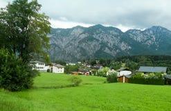 Taldorf zwischen den Bergen lizenzfreie stockbilder