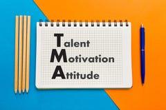 Talent, Motivatie, Einstellung-nota's in een notitieboekje op een geometrische achtergrond Het concept motivatietalent stock foto's