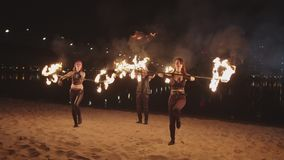 Talentierte fireshow Künstler, welche die Dauben im Freien rollen stock footage