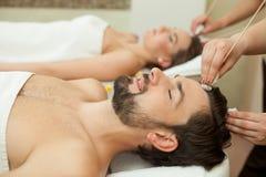 Talentierte Therapeuten arbeiten am Schönheitssalon Lizenzfreie Stockbilder