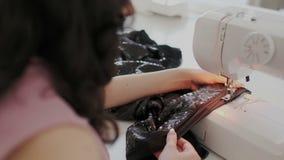Talentierte weibliche sachverst?ndige Schneiderarbeiten n?hen an Maschine mit Seide oder Baumwolle Sie aufmerksam und n?ht sorgf? stock video