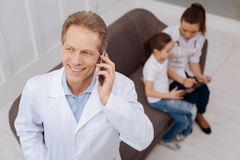 Talentierter Doktor, der Details der Behandlung bespricht Stockbild