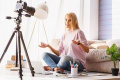 Talentierter Freiberufler, der zu Hause blogging ist Stockfotografie