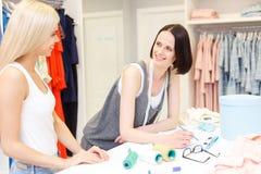 Talentierter Modedesigner, der mit Kunden arbeitet Stockbild