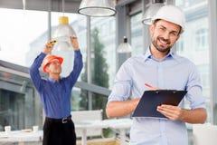 Talentiertes Bauteam arbeitet mit Freude Lizenzfreie Stockbilder