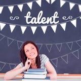 Talento contra el estudiante que piensa en sala de clase imagen de archivo
