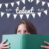 Talento contra el estudiante que sostiene el libro imagen de archivo