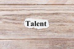 Talento de la palabra en el papel Concepto Palabras del talento en un fondo de madera fotos de archivo